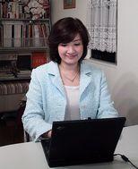 尾花紀子さん 鮮やかな空色のSHIMAスーツで